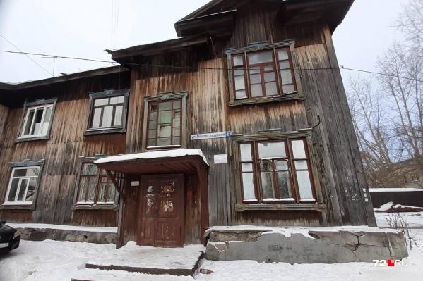 Жители старенького дома говорят, что замерзают в собственных квартирах