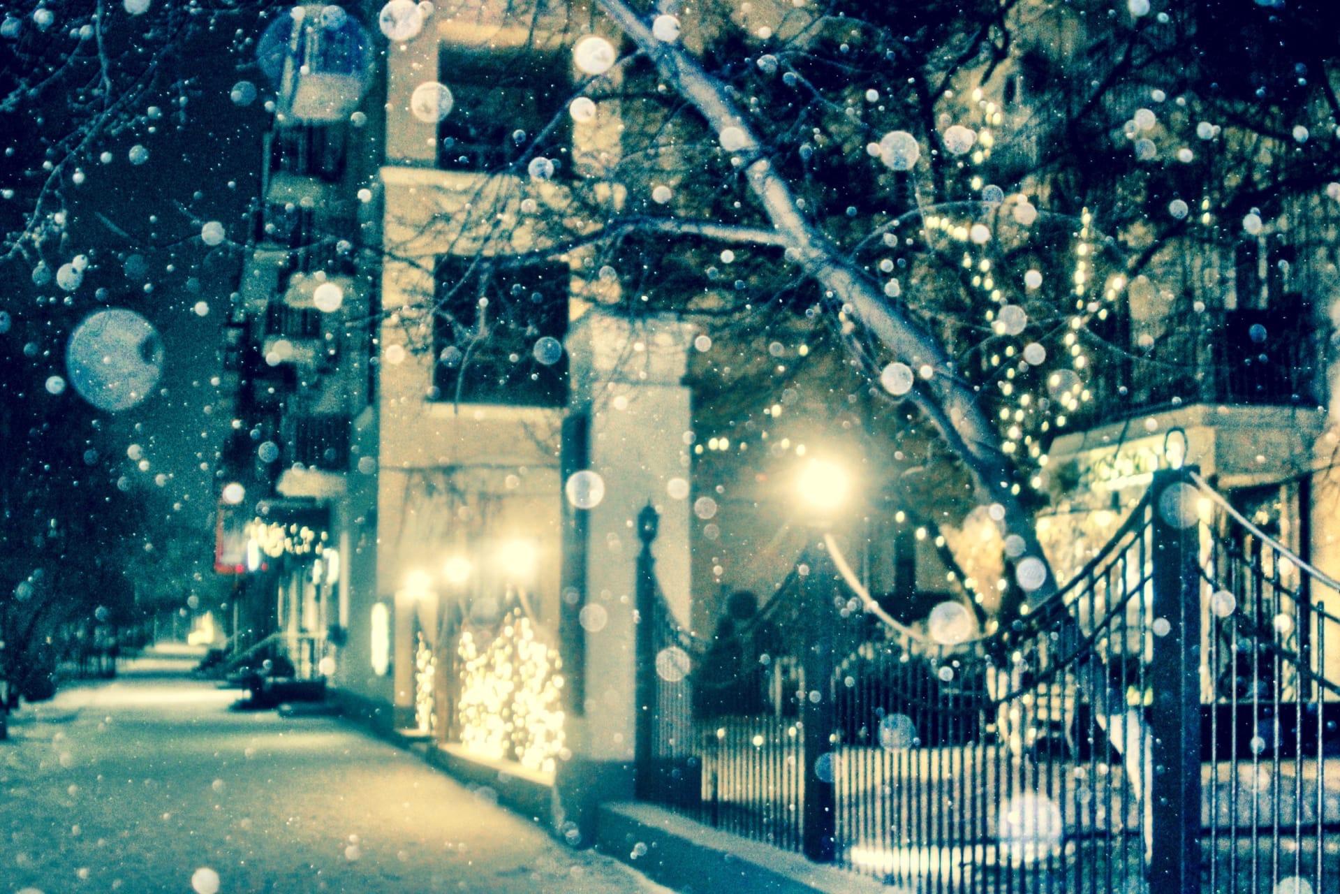 Ночь опустилась на город вместе со снегопадом