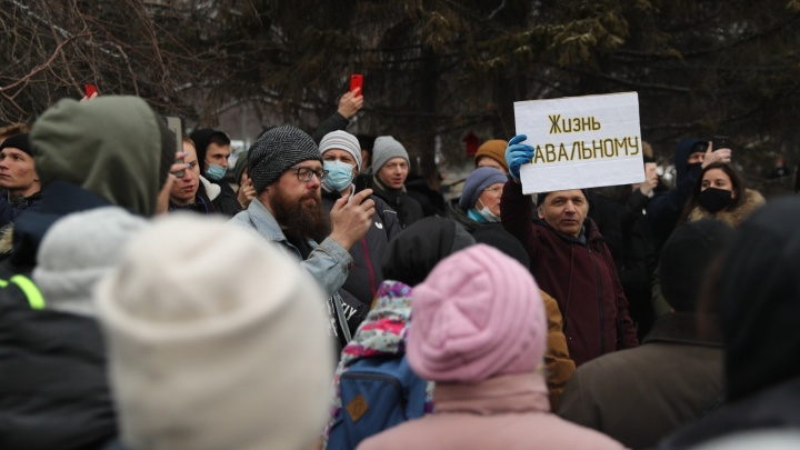 На площади Ленина собралась толпа митингующих в поддержку Навального