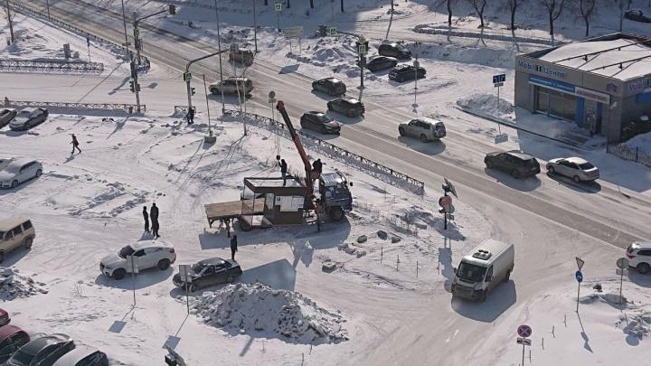Жители победили: будку незаконной парковки у ЖК «Московский квартал» погрузили на эвакуатор и увезли