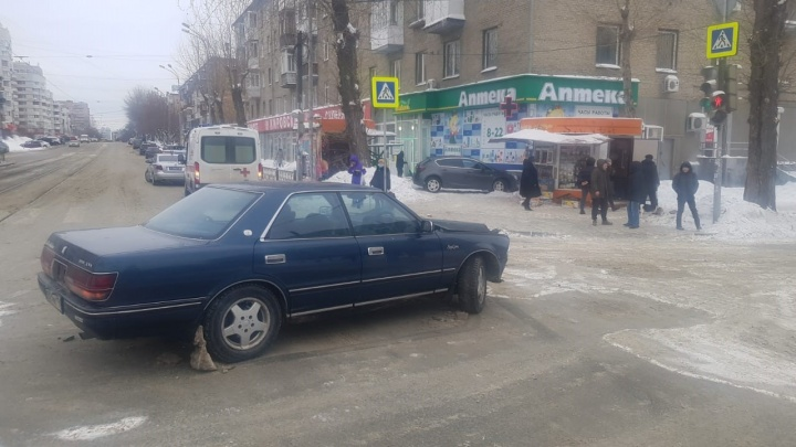 В центре Екатеринбурга после ДТП машину отбросило на тротуар, где шла пенсионерка
