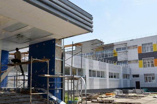 """Курганцы с нетерпением ждут открытия школы <nobr class=""""_"""">№ 11</nobr>. Изначально учреждение должны были отремонтировать до конца июля прошлого года"""