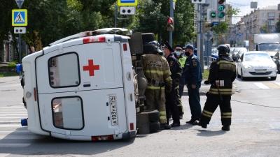 Перевернувшаяся в центре Челябинска скорая везла супругов с коронавирусом. ДТП попало на видео