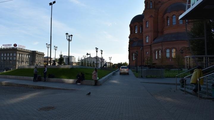 Вопиющая наглость, кто ему это позволил? В Волгограде автомобилист проехал по аллеям Александровского сквера