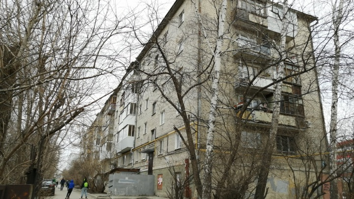 «Всех вывели из квартир, сказали, что у нас бомба в подвале»: в Екатеринбурге эвакуировали жителей шестиэтажки