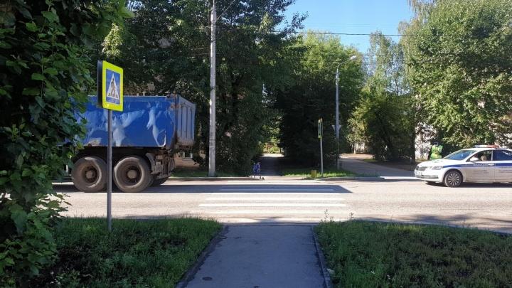 На пешеходном переходе в Перми грузовик сбил пятилетнюю девочку