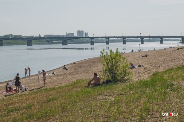 Многие пермяки спасаются от жары на пляже