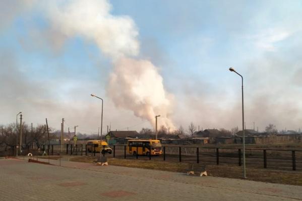 В Целинном районе тушат пожар возле села