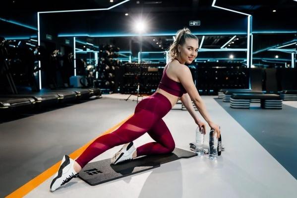 Девушка занимается различными видами спорта и помогает добиться результатов другим