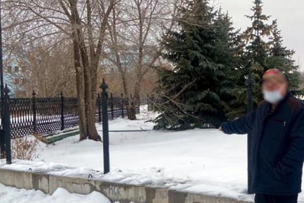 Трое волгоградцев разобрали чугунные ограждения парка в Краснооктябрьском районе