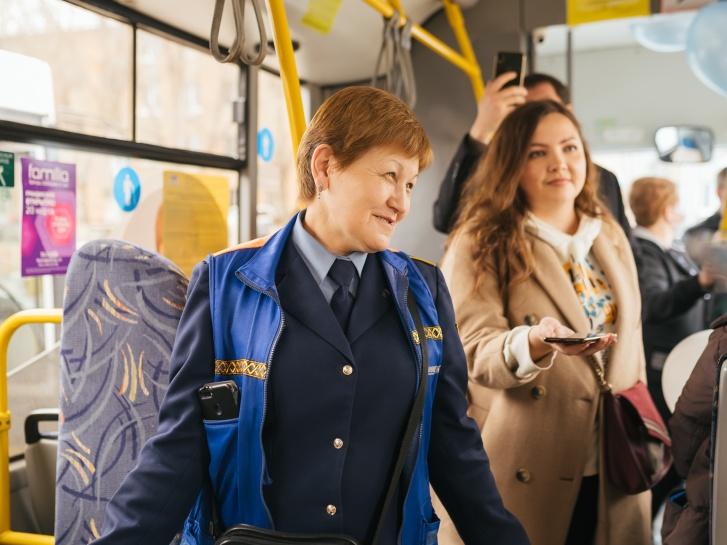 Так же приветливо она встречает юных пассажиров на своем рабочем месте