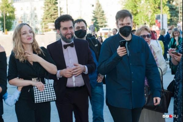 Первый раз пермская публика увидела нового директора Оперного театра на открытии Дягилевского фестиваля. На церемонию он пришел с семьей