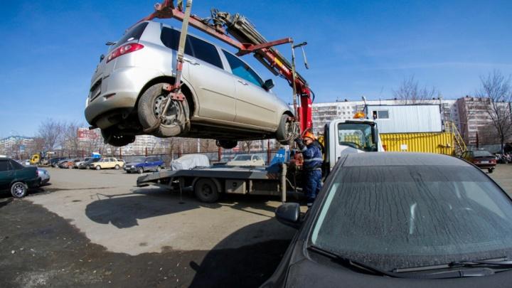 «Как коршуны, машину хватают»: штрафстоянки в Челябинске накажут за небрежную эвакуацию автомобилей