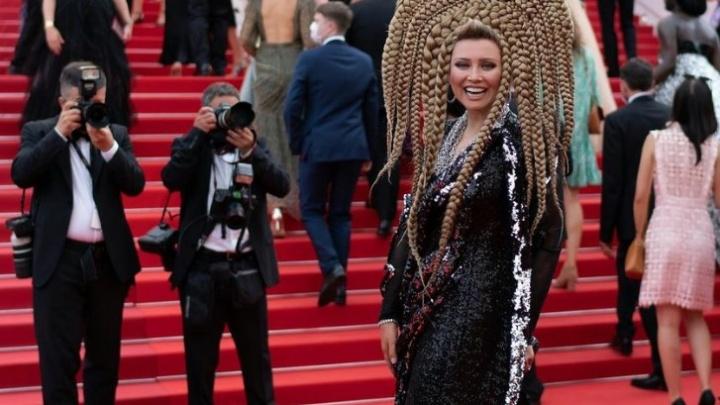 Лена Ленина появилась на Каннском фестивале в «кокошнике» из волос — французы назвали прическу «медузой»