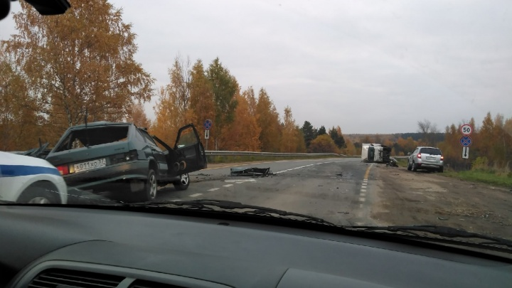 «Парня жалко»: утром под Ярославлем столкнулись легковушка и грузовик