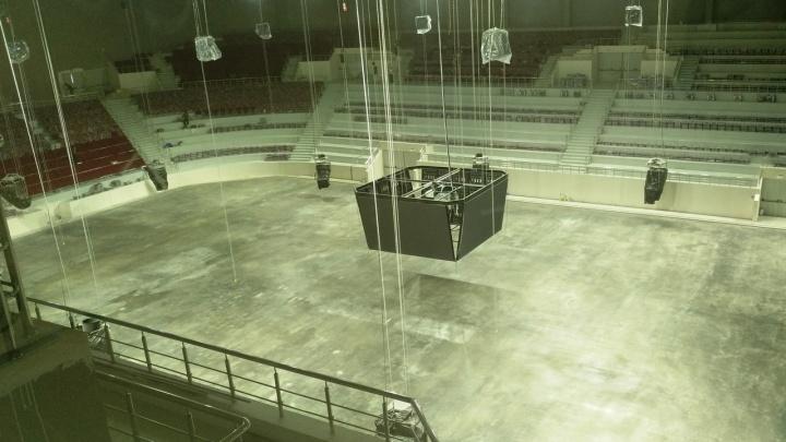 В новом Дворце спорта на Молодогвардейской начали заливать лед