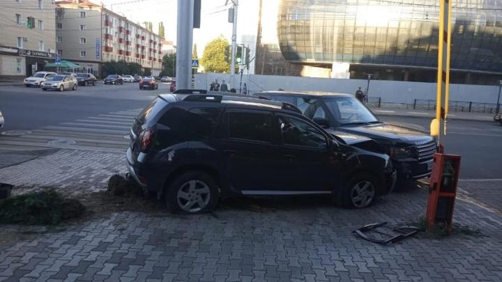 В центре Уфы водитель за рулем Renault Duster протаранил летнее кафе