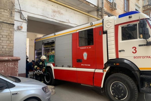 На пожар оперативно прибыли сотрудники ГУ МЧС России по региону