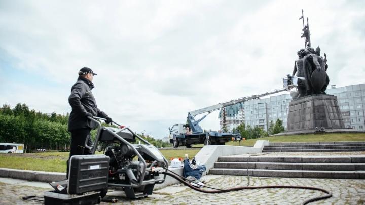 В Сургуте отмыли памятник основателям города. Посмотрите, как это было