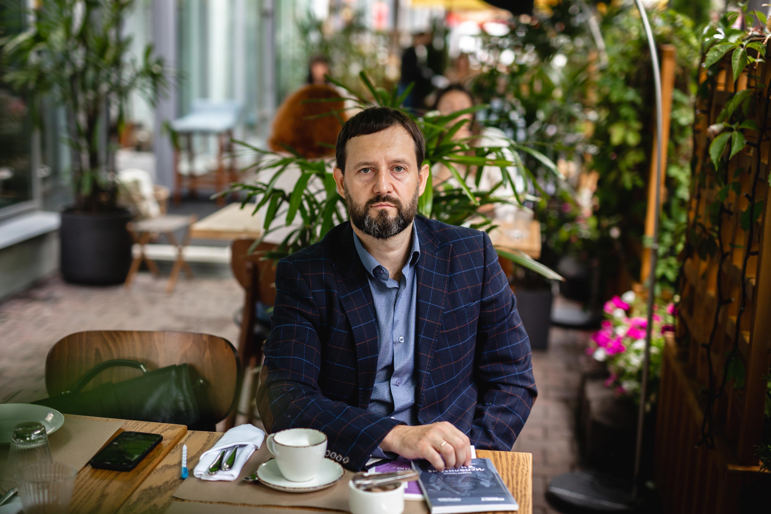 Сергей говорит: «Настоящий мужик должен быть побрит и подстрижен, одет аккуратно. Этого достаточно. Маникюры, педикюры и всё прочее — для меня лишнее»