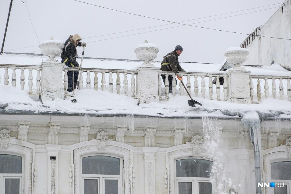 При Владимире Панове стали чаще чистить крыши от снега. При этом промальпинисты не хотели убирать его с тротуаров