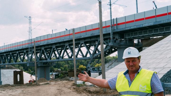 Над Омью возвели новый мост. От старого остались только опоры