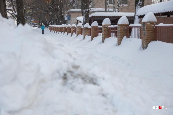 После снегопадов самарцы вынуждены сами себе протаптывать вот такие своего рода «козьи тропы»