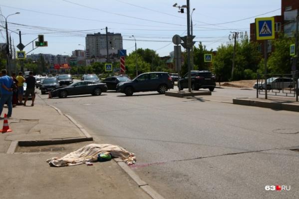 Няня вместе с мальчиком стояла у пешеходного перехода, когда их сбила иномарка