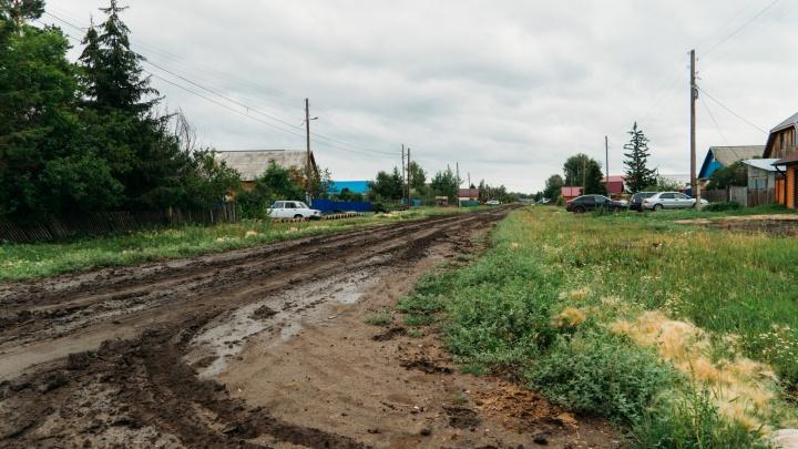 «Дети идут по уши в грязи»: репортаж из сибирской деревни, жители которой написали письмо Меркель