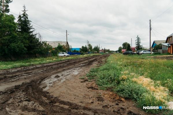 В грязи нередко застревают автомобили, особенно весной