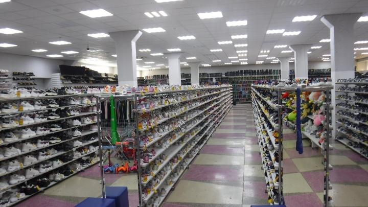 В Кургане в ТЦ изъяли более 12 тысяч пар обуви, белья и парфюма без маркировки