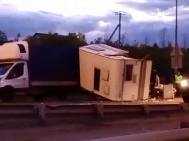 Под Челябинском крупное ДТП. Столкнулись дом на колесах и легковушка