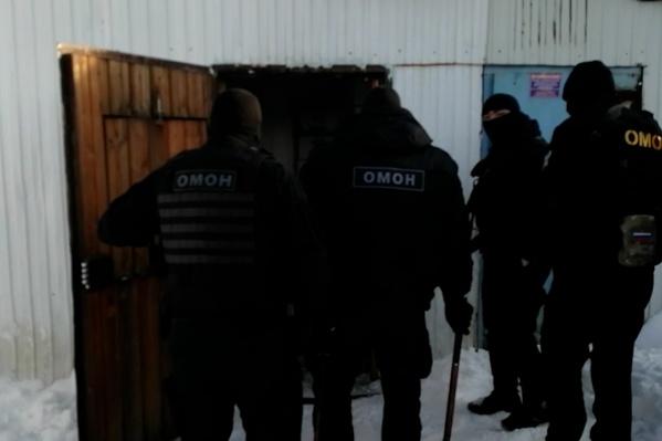Обыск склада проводили с помощью ОМОНа и Росгвардии
