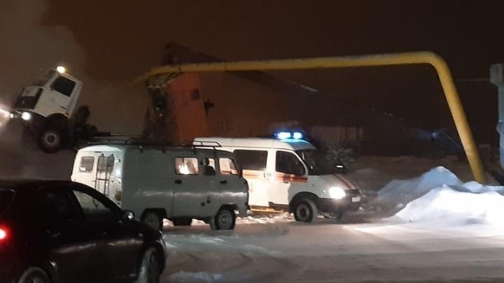 На Урале самосвал с поднятым кузовом снес газопровод