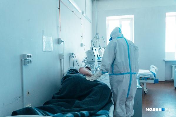 В отделении реанимации пациенты лежат под аппаратами ИВЛ