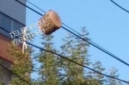 В Уфе горожан напугала часть бревна, которая повисла на электропроводах