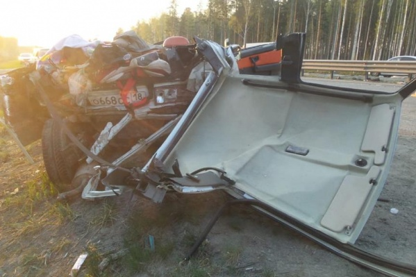 Чтобы извлечь погибших, спасателям пришлось срезать крышу