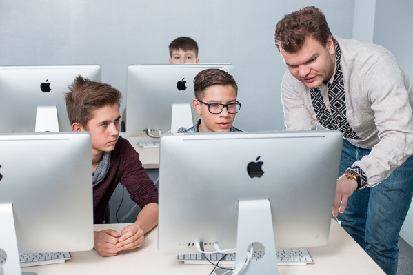 В Екатеринбурге занимаются с детьми с 4 до 14 лет, им помогают развить софт-скиллы и привить любовь к школьным дисциплинам