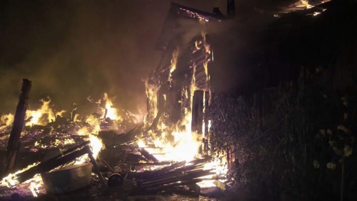 Ночью в Березовском сгорел жилой дом. Видео