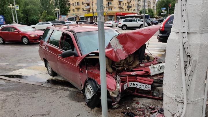 Пешеходы уцелели только чудом: в центре Волгограда врезался в столб ВАЗ с заклинившим рулем