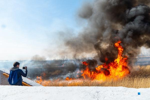 Несмотря на апокалиптичный вид, пожар на Левом берегу опасности для жилых домов не представлял