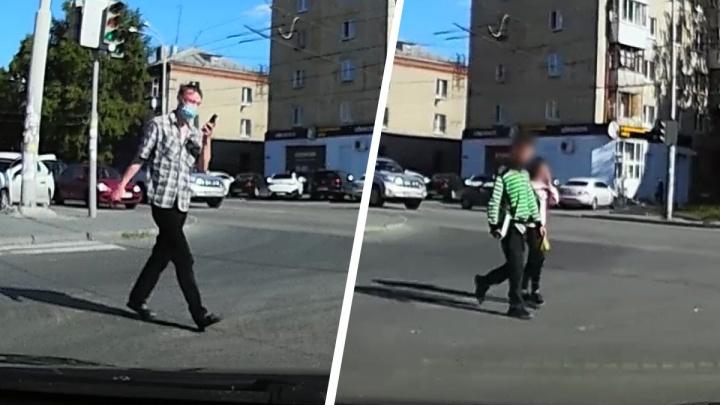 В Екатеринбурге автомобилисты спугнули мужчину, который с ножом следовал за детьми