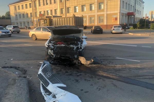 Водителю иномарки оказали медицинскую помощь на месте аварии