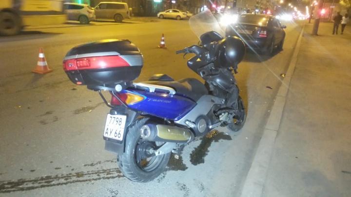 Резко повернула налево: в Екатеринбурге автомобилистка сбила мотоциклиста