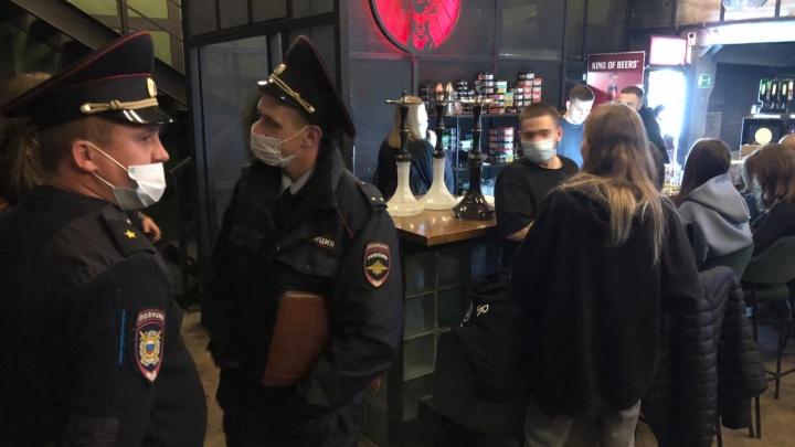 Полиция с ОМОНом нагрянули в бар «Чё почем», на который регулярно жаловались горожане