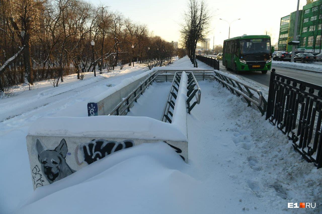 ВИЗ-бульвар завален снегом. Инвалидам по этим сгуробам не проехать