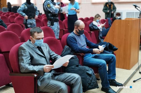 Майор Михаил Балашов (слева) и капитан Дмитрий Тарицын в суде<br>
