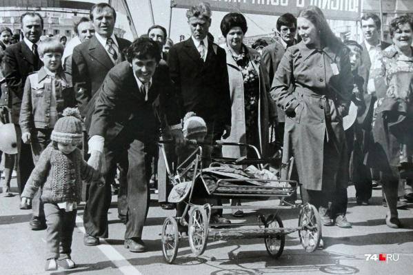 С детьми, женами, коллегами — так ходили на демонстрацию советские граждане