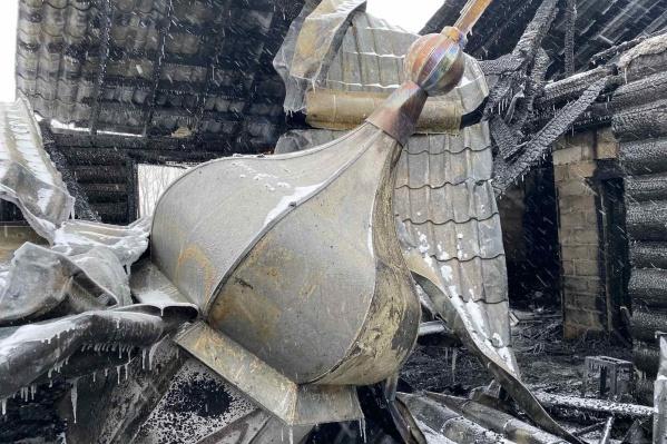 Целыми на пепелище храма остались лишь купола