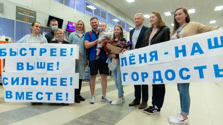 «Лёня — наша гордость»: смотрите, как душевно в Архангельске встречали олимпийца после Токио